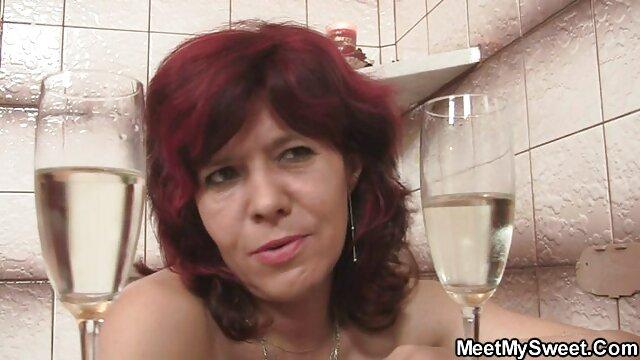 Wanita itu memasukkan jarinya ke hubungan sek yg hot dalam vagina serta dia, di mulutnya, setelah
