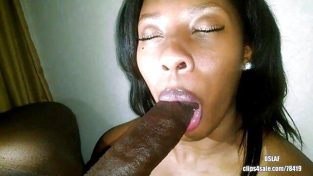 Wanita bercinta hot Ebony ingin oral seks di kafe.