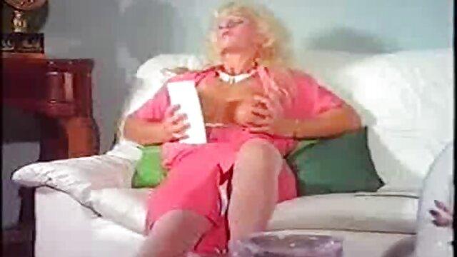 18 tahun, Nancy Bee di hubungan intim suami istri paling hot Madinah menggosok vagina di tangannya ketika membaca buku.