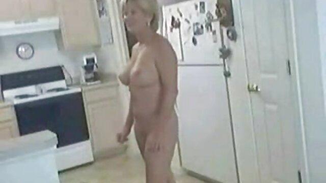 Di rumah berhubungan intim yg hot kecil di pantat, Brown's perjalanan dengan ayam