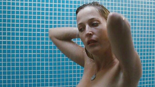 Angelina akan menusukkan labu seks paling seksi ke pantatnya.