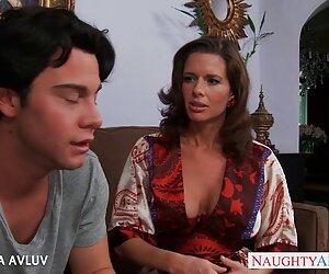 Ekornya sex hot wanita digulung ke dalam vagina, matang, tua