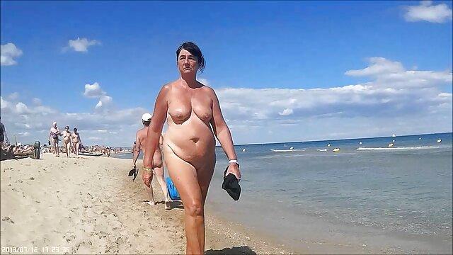 Seorang wanita kulit hitam menggantung kaleng untuk berjalan-jalan dengan seorang gadis kulit putih setelah hubungan sex hot basket.