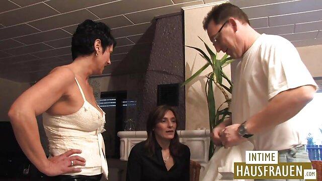 Dia berhubungan seks seks yang panas dengan dua aktor porno.