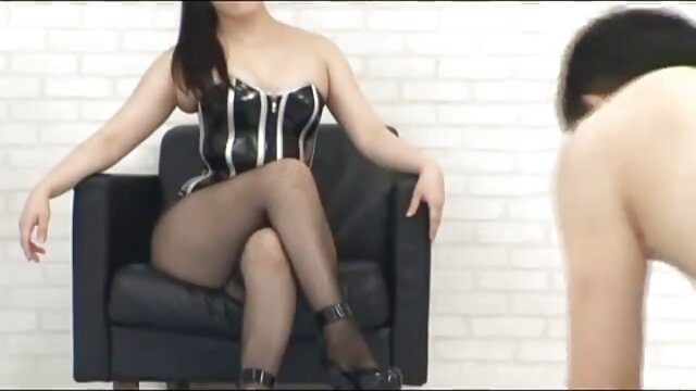 gadis itu ditantang untuk pergi sex yang panas ke toilet.