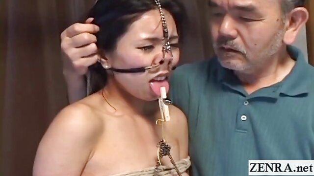 Putri setubuh hot kurusnya bermain dengan penis Ayah, menghiburnya setelah perceraian.