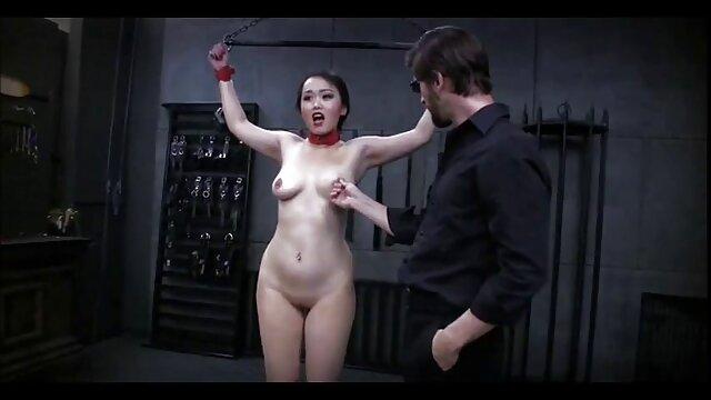 Setelah strip mulai mendorong kemaluannya raksasa sex hot wanita sampai pantatnya.