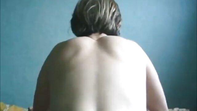 Pria berkumis menjilati gadis gundul. cara berhubungan intim hot