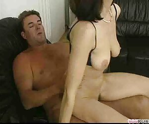 Suaminya mengambil istrinya untuk bercinta sek yg paling hot dengan seorang pria di dapur