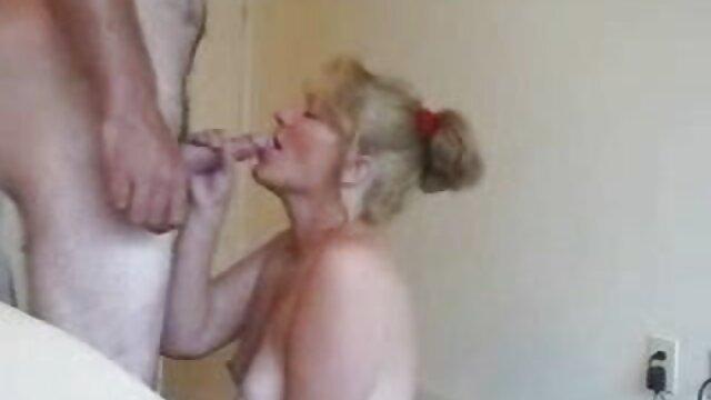 anak-anak permainan sex yang hot mendorong selang dari malaikat Vicky ass ke Stella Cox itu titik.